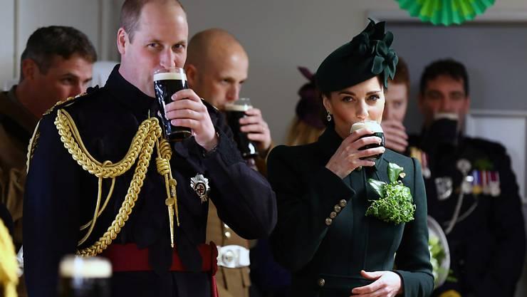 In London nahmen Prinz Harry und Herzogin Kate an einer Parade zum St. Patrick's Day teil und genossen hinterher ein Glas dunkles irisches Guiness.
