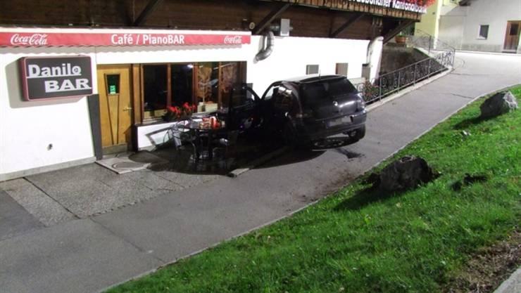 Das Auto des Betrunkenen kam an einer Hauswand neben einer Bar zum Stillstand.
