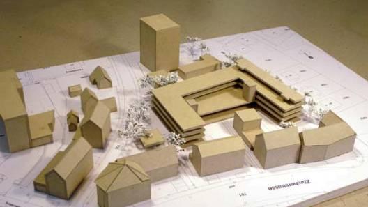 Der U-förmige Neubau kommt zwischen das Gemeindehaus (Hochhaus hinten) und die Häuserzeile Zürcherstrasse (vorne) zu stehen. Modell/acb