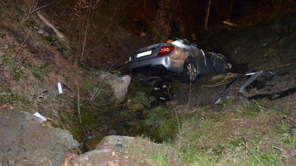 Eine junge Frau hat am Sonntagmorgen bei einem Verkehrsunfall in Trogen AR ihr Leben verloren.