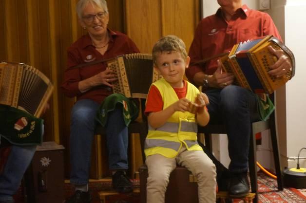 Der 4-jährige Lorin Schärer ist der Enkel des Schwyzerörgelers Erich Schärer von den Schwyzerörgelern vom Föhrewäldli.