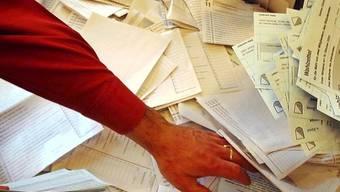 In Zürich werden die Nationalratszettel ausgezählt (Archiv)