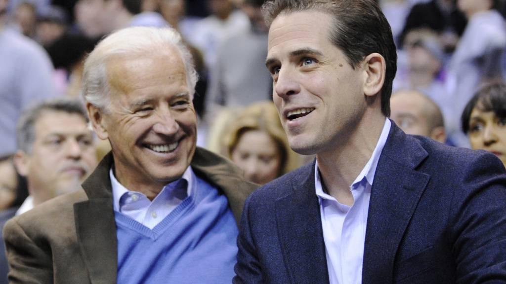 ARCHIV - Joe Biden (l), damals Vizepräsident der USA, und sein Sohn Hunter Biden sehen sich ein NCAA-Basketballspiel an. (Archivbild) Foto: Nick Wass/AP/dpa