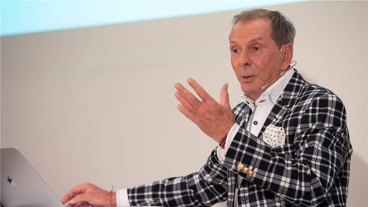 Der ehemalige Fernsehmoderator Kurt Aeschbacher spricht vor dem Publikum der Auto-Garage «British Cars Baden».
