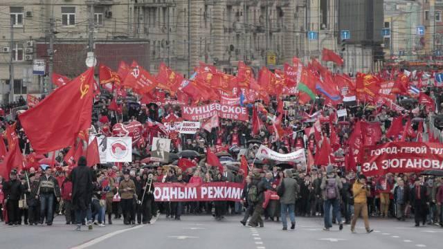 1.-Mai-Kundgebung in Moskau mit Sowjetunion-Fahnen