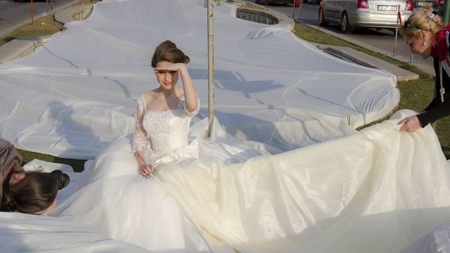 Rekordversuch mit 2,8 Kilometer langer Brautschleppe