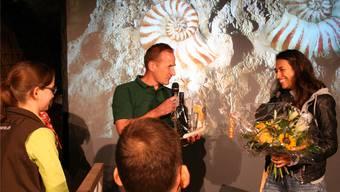 Christian Rieder vom Jurapark Aargau dankt Gabriela Gehrer für ihre Arbeit am urzeitlichen Kurzfilm.