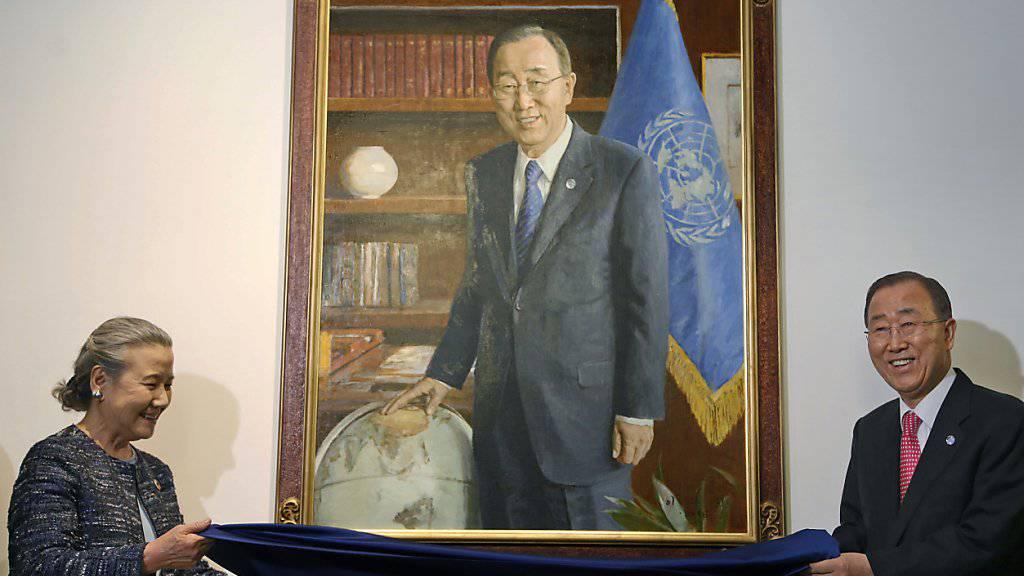 Ban Ki Moon enthüllt zusammen mit seiner Frau sein Porträt im UNO-Hauptgebäude in New York.