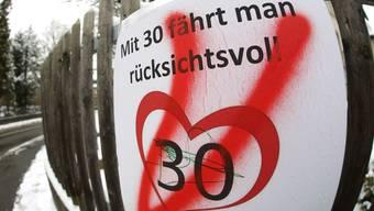 Symbol einer emotional geführten Debatte: Verspraytes Tempo-30-Plakat in Rupperswil.Pascal Meier