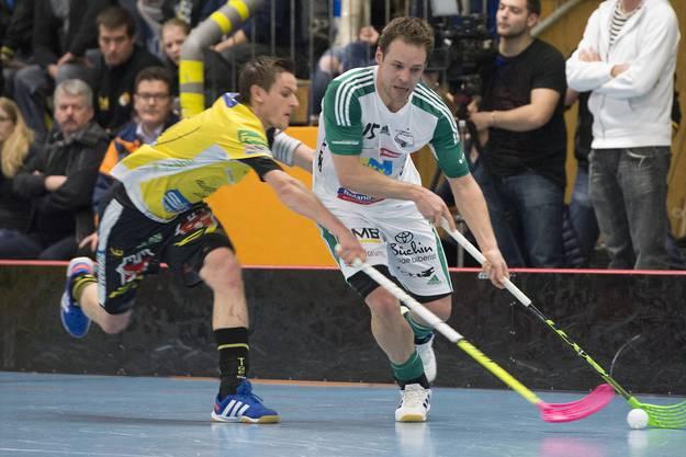 Wilers Christoph Hofbauer (r.) im Zweikampf mit Tigers Stucki.