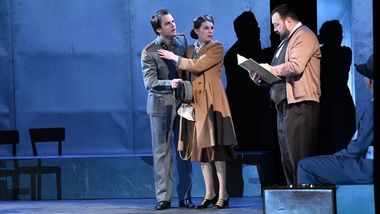 Der junge Walter Faber (Nicolas Batthyany) und die junge Hanna Landsberg (Anna Schinz) bei der Fremdenpolizei (Andreas Storm).