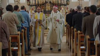 Pfarrer Alexander Pasalidi (links) und Bischof Amédée Grab als Zelebranten in der renovierten Wegenstetter Pfarrkirche.