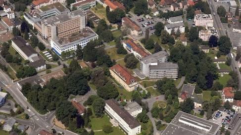 Das Gelände des Kantonsspitals Aarau ist mit seinen vielen Gebäuden weit verzweigt.