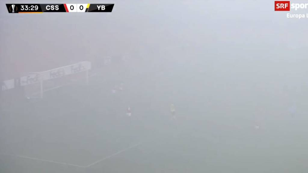 Fussballer im Nebel: Wer schiesst denn da ein Tor?
