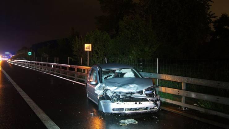 Ein 18-jähriger Lenker hat am Samstagabend auf der A4 in Hünenberg ZG wegen eines Sekundenschlafs die Kontrolle über sein Auto verloren. Er prallte in das Heck eines Reisecars und wurde dabei mittelschwer verletzt.