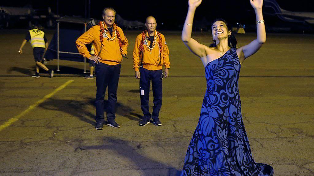 Abflugzeremonie mit Tänzerin auf Hawaii, kurz bevor «Solar Impulse 2» wieder in die Lüfte steigt. Im Hintergrund André Borschberg (l) und Bertrand Piccard