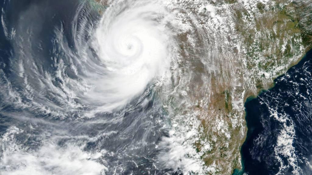 Dieses am Montag, 17. Mai 2021, von der NASA veröffentlichte Satellitenbild zeigt den Zyklon Tauktae, der sich der Westküste Indiens nähert. Foto: EOSDIS/NASA via AP/dpa