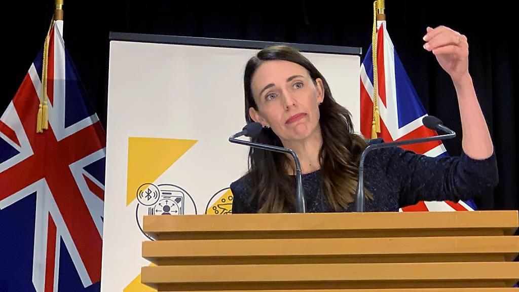 Die neuseeländische Premierministerin Jacinda Ardern spricht mit den Medien. Nach drei Corona-Fällen in Auckland gab es dort einen dreitägigen Lockdown. Foto: Nick Perry/AP/dpa