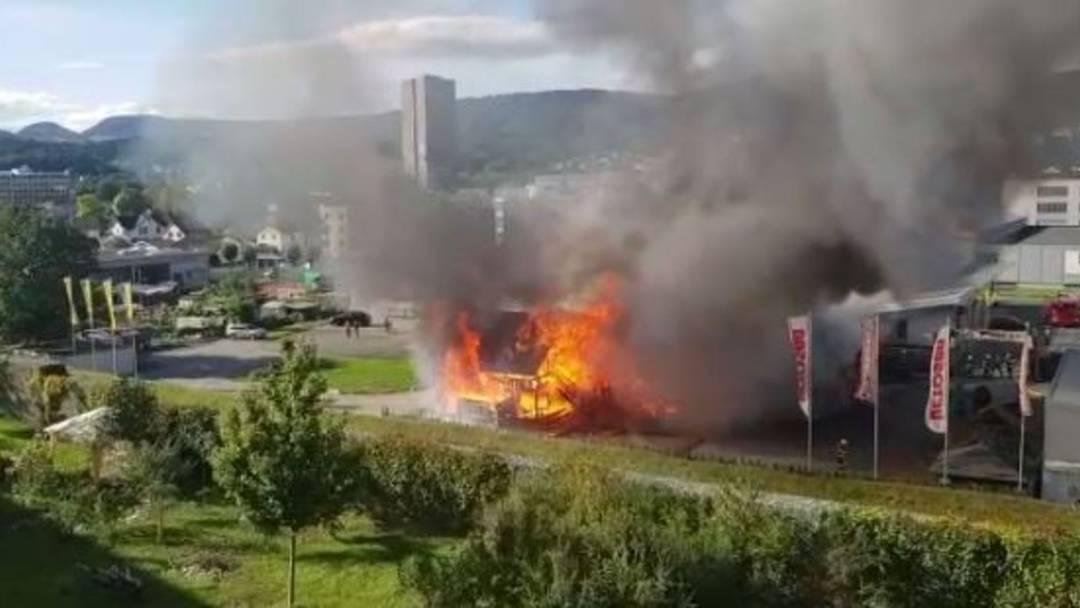 Nach dem Tipi-Zelt steht nun auch das Saloon-Gebäude in Flammen
