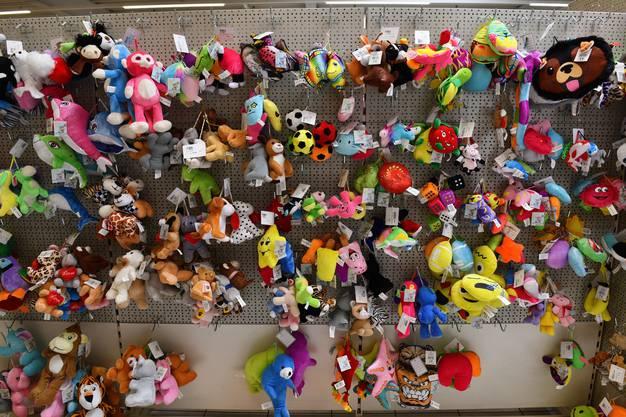 Der Betrieb verkauft und handelt mit Spielzeug, Partyartikeln und Süssigkeiten.