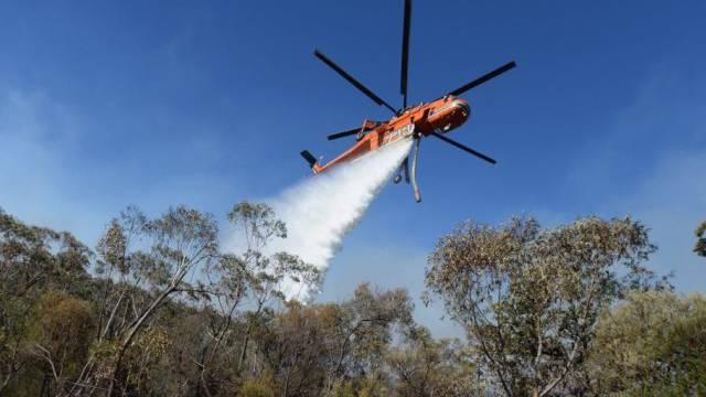 Ein Löschhelikopter in den Blue Mountains an der Arbeit