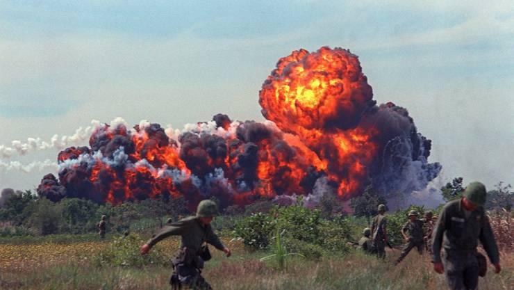 Ein Napalm-Angriff mit Feuerball in der Nähe von US-Truppen auf Patrouille im Jahr 1966