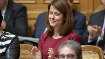 FDP-Präsidentin Petra Gössi applaudiert am Mittwochmorgen nach der Wiederwahl von Bundesrätin Karin Keller-Sutter.