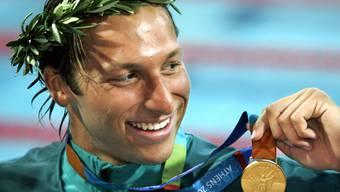 Ian Thorpe mit der Olympia-Goldmedaille in 200 Meter Freistil an den Olympischen Spielen 2004 in Athen.
