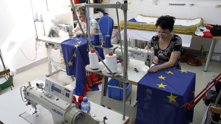 Mit Albanien und Mazedonien sollen EU-Beitrittsverhandlungen aufgenommen werden, empfiehlt die EU-Kommission. Dies könnte in der Region auch die Produktion von EU-Flaggen ankurbeln. (Archiv)