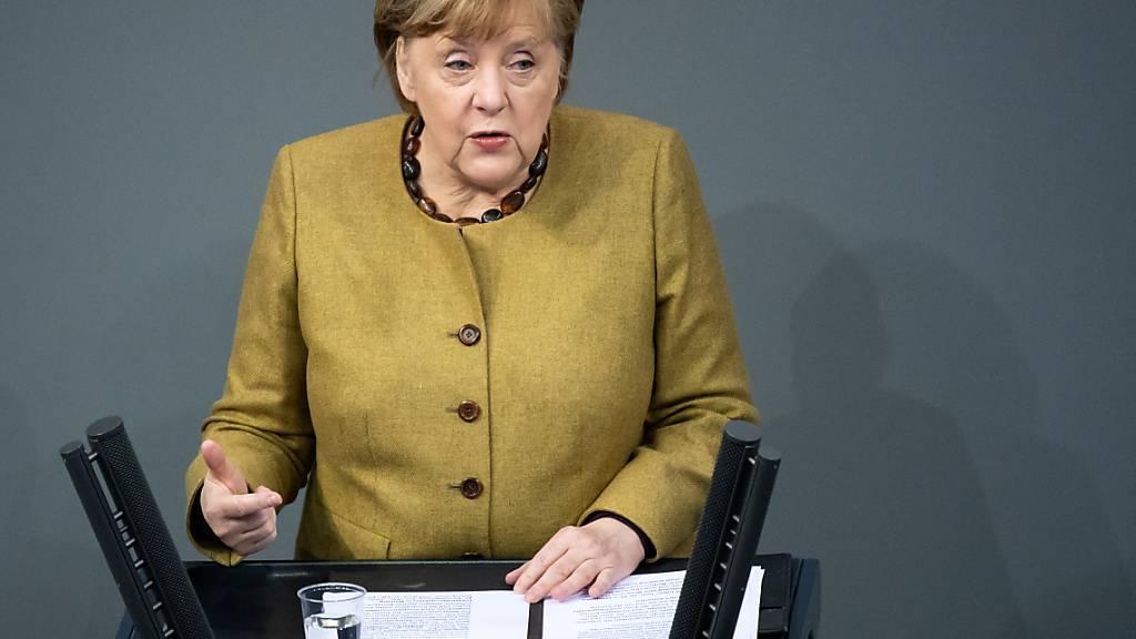 Die deutschee Bundeskanzlerin Angela Merkel (CDU) hält in der Plenarsitzung des Deutschen Bundestages eine Regierungserklärung zu den Ergebnissen der Bund-Länder-Runde zur Bewältigung der Corona-Pandemie. Foto: Bernd von Jutrczenka/dpa