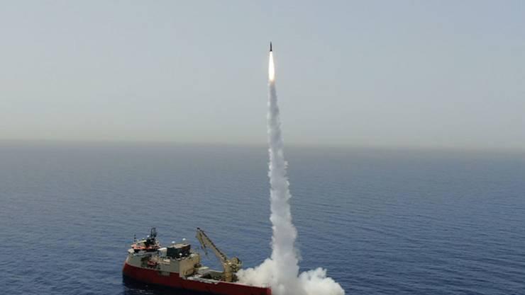 HANDOUT - Die undatierte Aufnahme zeigt eine ballistische Rakete, die auf offener See von einem Schiff abgeschossen wird. Foto: -/IAI/dpa - ACHTUNG: Nur zur redaktionellen Verwendung und nur mit vollständiger Nennung des vorstehenden Credits (ACHTUNG: bestmögliche Qualität)