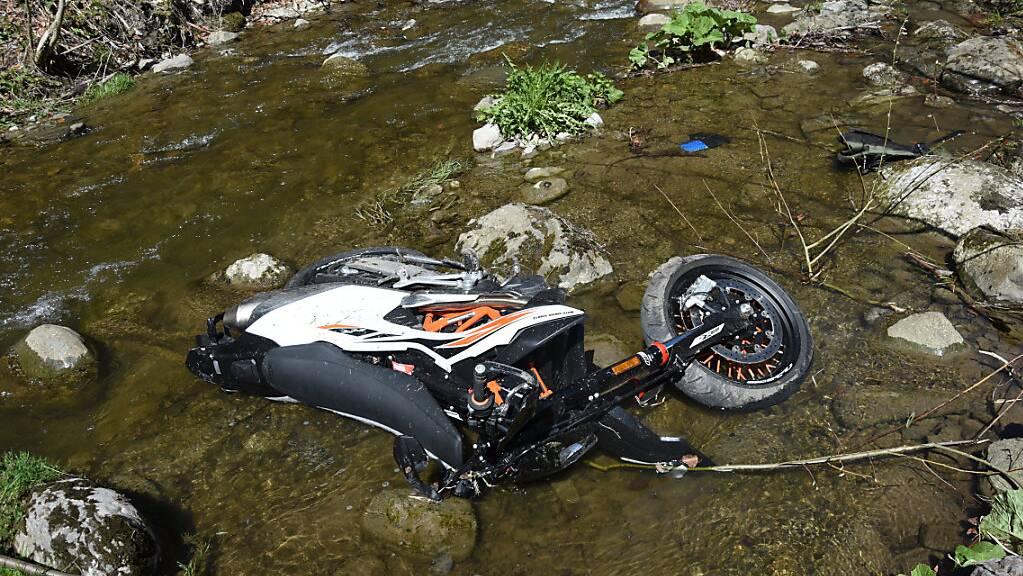 Der 23-Jährige war mit seinem Motorrad von der Wildhausstrasse abgekommen und in den Bach Simmi gestürzt.