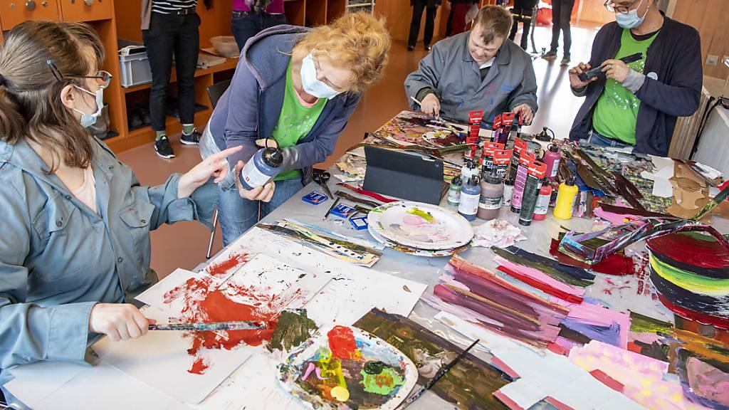 Bewohner der Stanser Tagesstätte Weidli arbeiten mit dem Künstler-Duo Christine Bänninger und Peti Wiskemann an der Kunstinstallation «wilderwald».