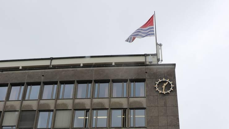 Die Mobilfunkanlage auf dem Dach des Wettinger Rathauses, neben und unter der Fahne.