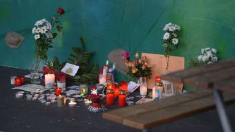 Anwohner zündeten gestern für das 60-jährige Opfer Kerzen an.