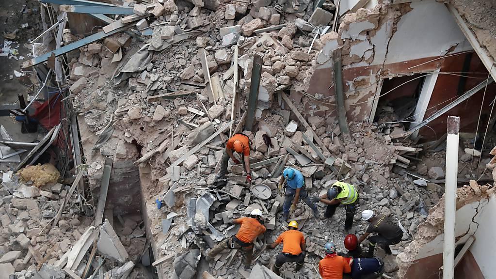 Rettungskräfte suchen nach der verheerenden Explosion in Beirut nach Überlebenden. Foto: Hussein Malla/AP/dpa