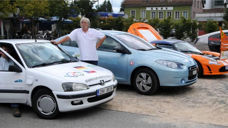 Jaromír Vagr präsentiert voller Stolz seinen 15-jährigen Peugeot 105. Gleich dahinter der brandneue Renault.