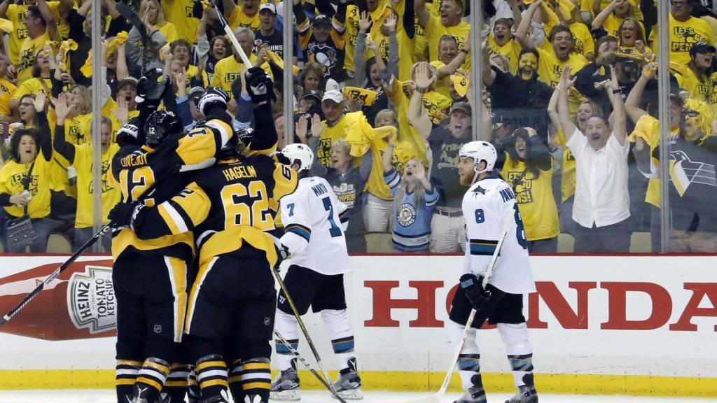 Die Spieler der Pittsburgh Penguins und ihre Fans bejubeln den 3:2-Siegtreffer von Nick Bonino kurz vor Schluss des ersten Finalspiels