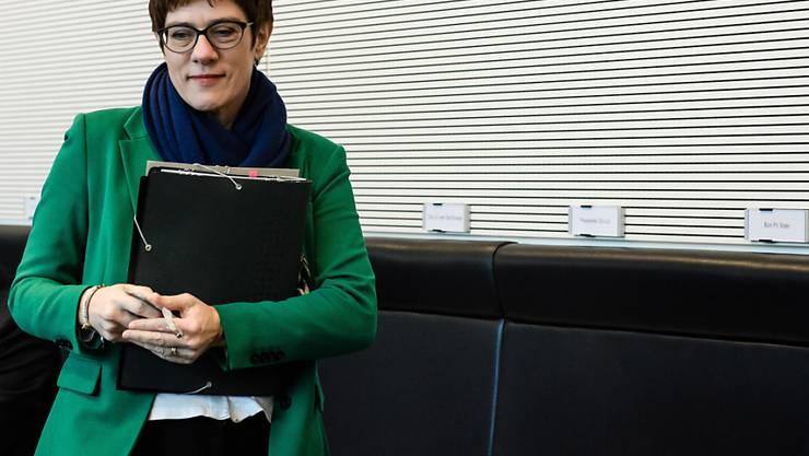 Man sieht es ihr nicht an, aber die Vorsitzende der deutschen Christdemokraten Annegret Kramp-Karrenbauer bereitet sich mit den harten Klängen von AC/DC auf politische Diskussionen vor. (Archivbild)