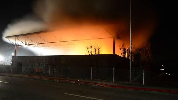 Brand in Entsorgungscenter in Münchenstein. Um morgen um 4 Uhr ging bei der Feuerwehr die Brandmeldung ein.
