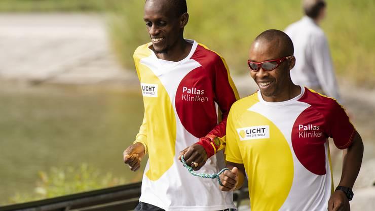 Henry Wanyoike (r.) an der Seite seines Guides Paul Kihumba.