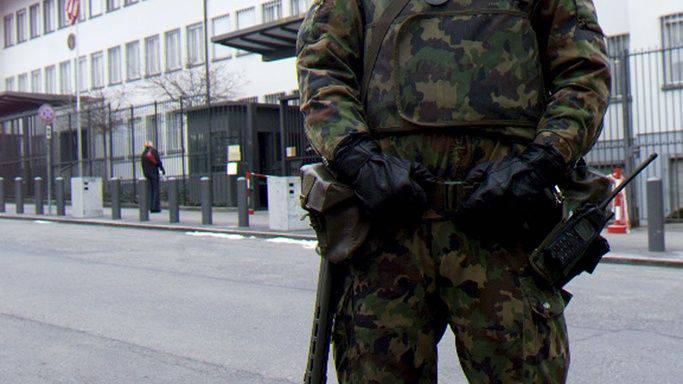 Wache: Bei der Übung «Protector» werden Infrastrukturen wie beispielsweise die Hero Lenzburg von Armeeangehörigen bewacht. (Archiv)