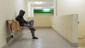 Warten auf eine ungewisse Zukunft: Ein junger Mann in der unterirdischen kantonalen Asylunterkunft in Muri.