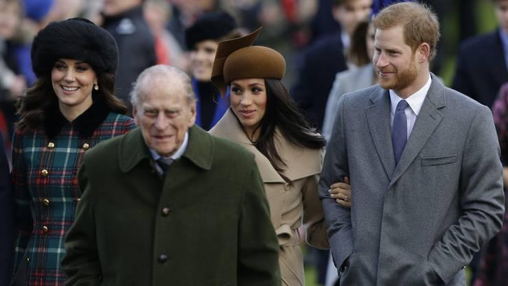 Die US-Schauspielerin Markle, die sich bei Harry am Arm untergehakt hatte, trug einen beigen Mantel, dazu einen braunen Hut und braune Wildlederstiefel.