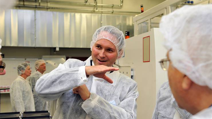CEO Simon Michel erläutert auf dem Betriebsrundgang im Ypsomed-Werk in Solothurn die Produktion von Injektionssystemen und -nadeln.