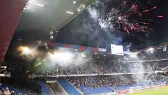 Die Fans des FC St. Gallen zündeten am Samstag Pyros im Gästesektor des Joggeli.