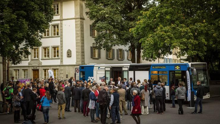 Der az-Wahlkampfbus auf dem Freischarenplatz in Lenzburg.