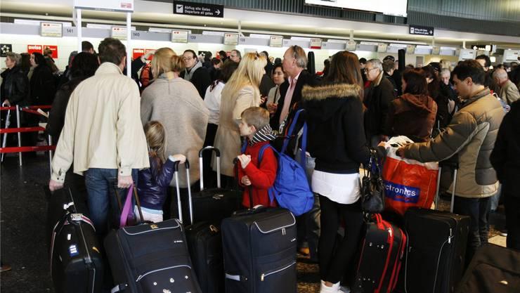 Hinter dem Gedrängel sind die Eco-Schalter: Passagiere beim Einchecken am Flughafen Zürich.