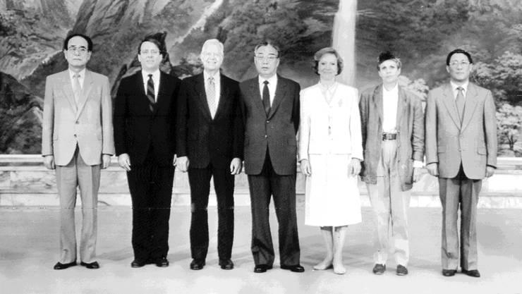 Besuch aus den USA: 1994 reiste Ex-Präsident Jimmy Carter (3. v. l.) nach Nordkorea zum damaligen Machthaber Kim Il Sung (Mitte).
