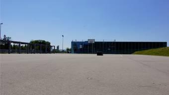 Der asphaltierte Platz bei der Halle des Sportzentrums Mutschellen wird Anfang November zu einem Eisfeld.